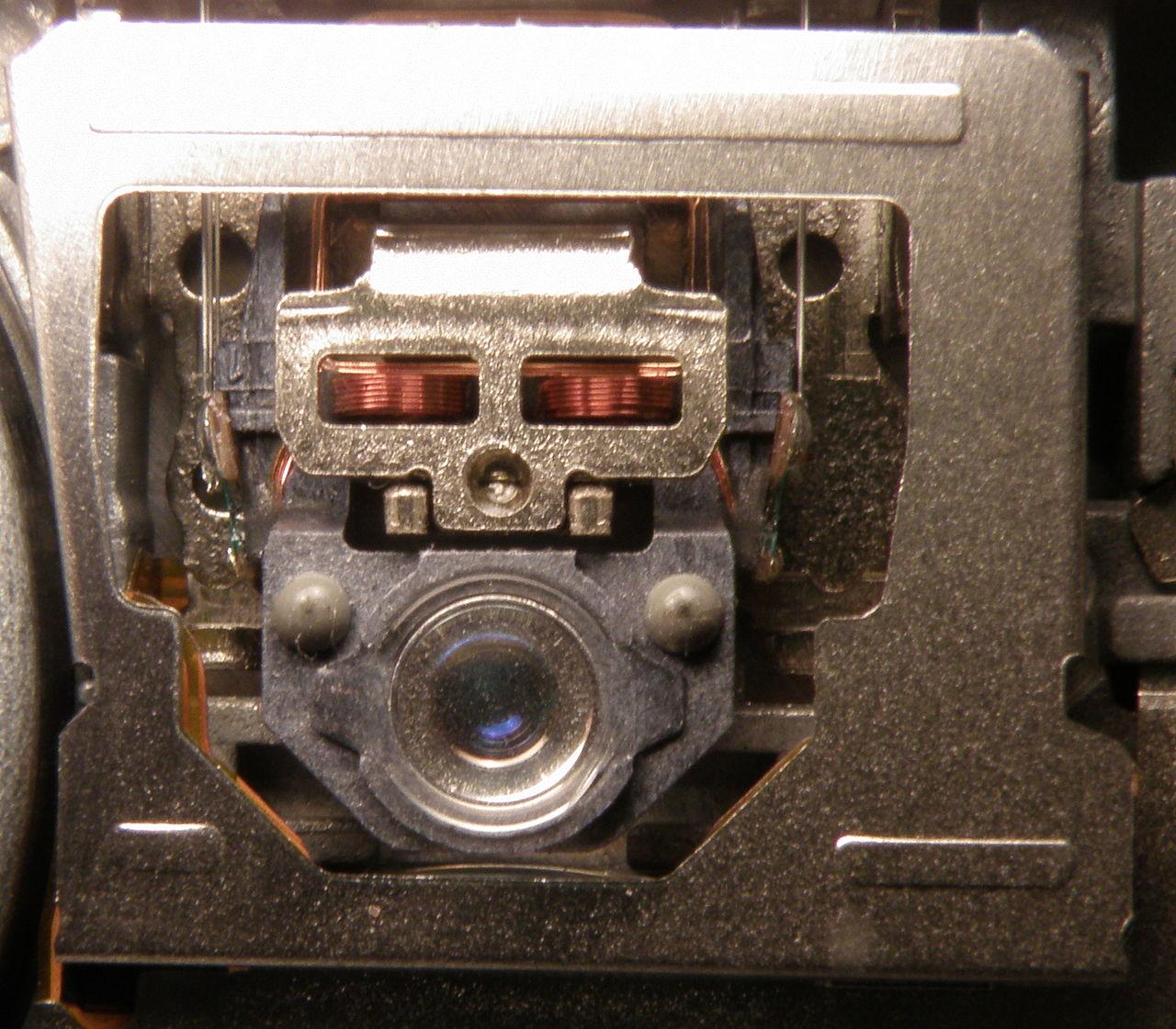 1280px-Optical_drive_lens.JPG