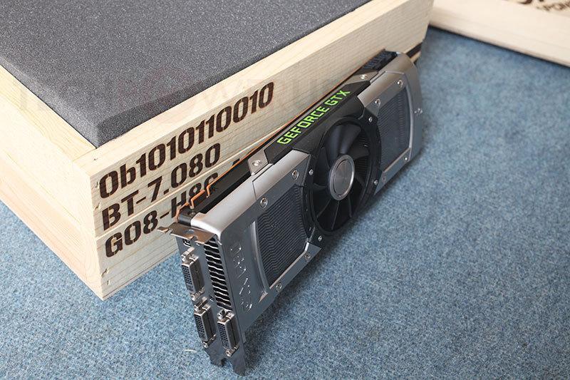GTX690, Une bête se dévoile ! Gtx690_next_to_crate